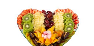 מסיבת רווקות על חוף הים – היא סיבה להזמין סושי פירות מרשים